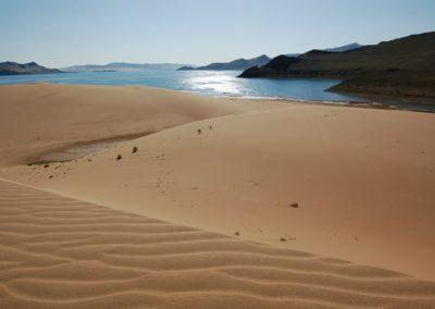 Die Dünen reichen bis zum See