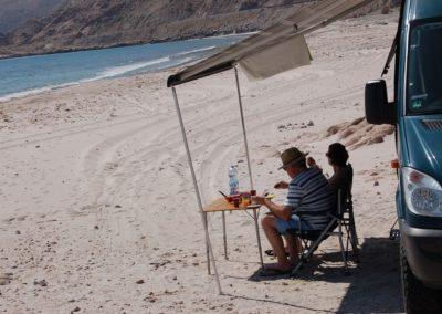 Frühstücken und Delfine beobachten an der Küste Omans