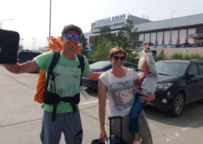 Mike, Carol und Mara bei der Ankunft am Chinggis Khan Airport