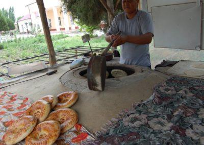Mit einer Art Kelle werden die Brote vom Ofen direkt auf die Verkaufsfläche gelegt