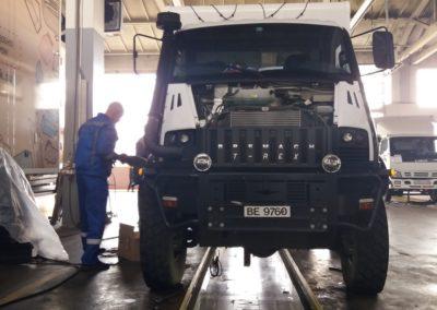Service am Fahrzeug in einer Iveco-Werkstatt in Barnaul, Russland
