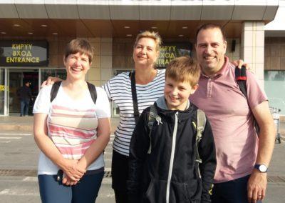 Solveig, Brigitte, Janne und Thomas vor dem Flughafen Manas in Bishkek