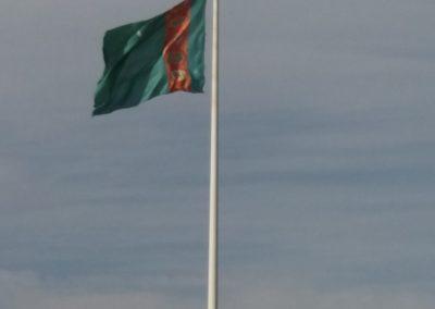 Angeblich der grösste frei stehende Fahnenmast der Welt. Die Fahne ist aus Seide. Gewicht 500 kg.