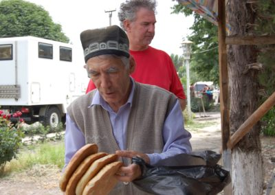Es geht nicht lange und schon sind die knusprigen Brote verkauft - für ca. 25 Rappen