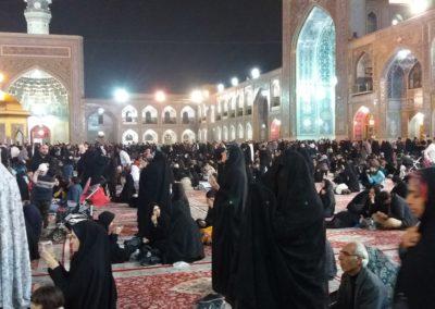 Frauen, Männer und Kinder im Holy Shrine Ensemble