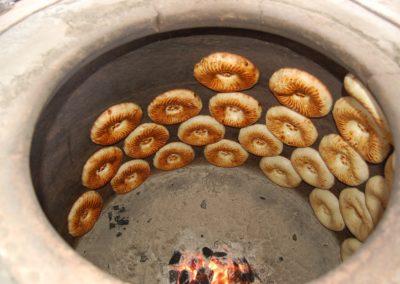 An der Wand des Kugelofens werden die Brote goldgelb gebacken