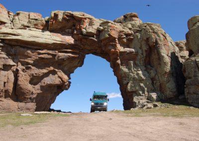 Natürlicher Tunnel auf der Passhöhe