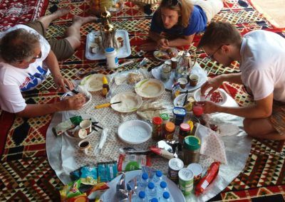 Reichhaltiges Frühstück im Beduinenzelt