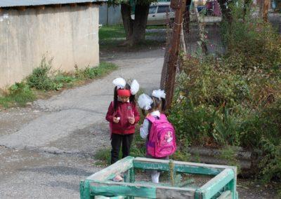 """Schulmädchen mit den typischen """"Duschblumen"""" im Haar"""