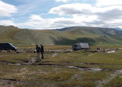 Wo führt der sicherste Weg durch den Schlamm? Der Lastwagen steckte drei Tage im Schlamm, bevor ihn zwei Militärlastwagen raus ziehen konnten